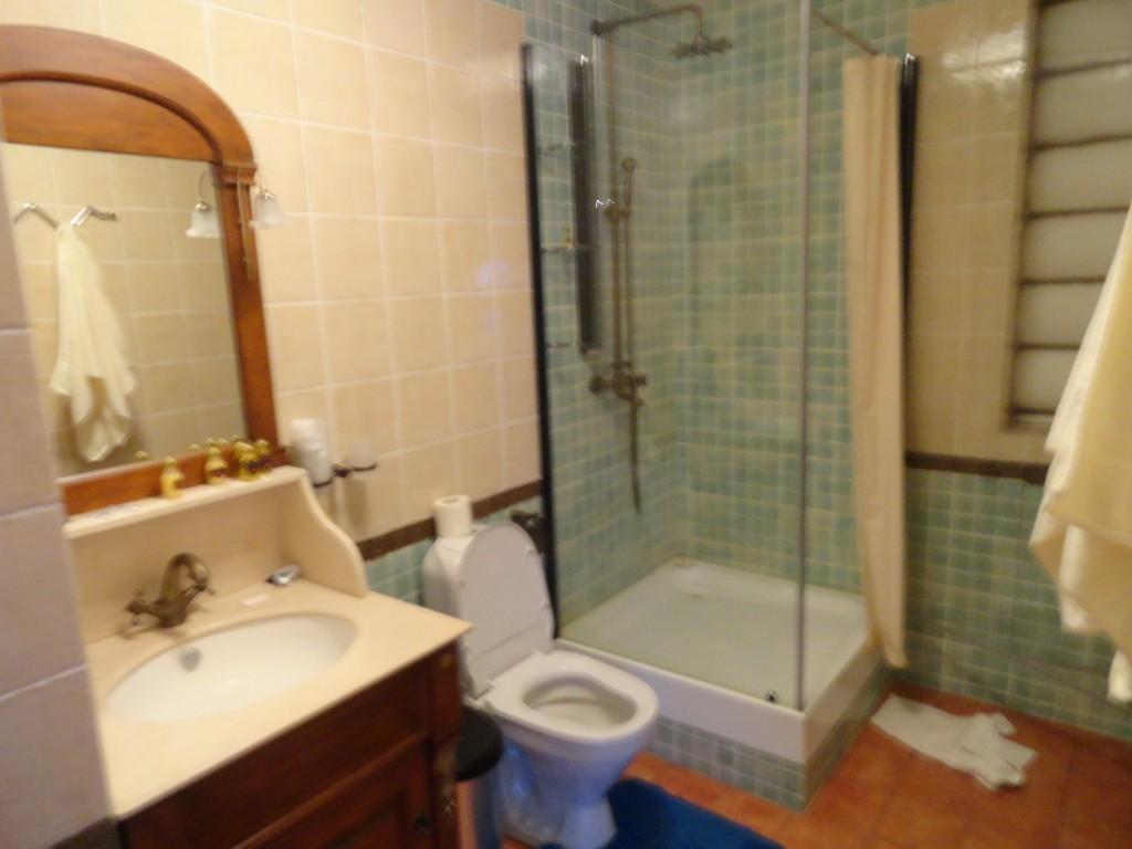 Одна из душевых с туалетом, пол  с подогревом,другая душевая с ванной!